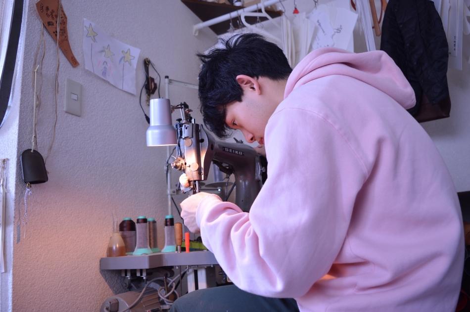 革用ミシンを縫う