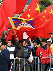 中国旗とチベット旗が入り乱れる