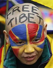 チベット解放を訴える人