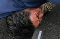 取り押さえられた亡命チベット人