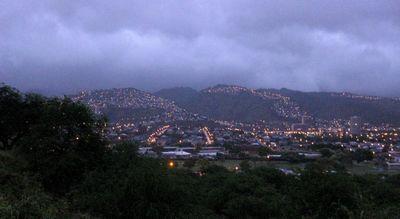ゲートから見た夜明けのハワイ