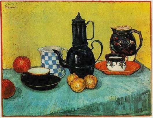 青いエナメルコーヒーポット、陶器、および果物の静物
