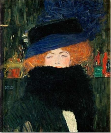 帽子を被りボアを着けた婦人