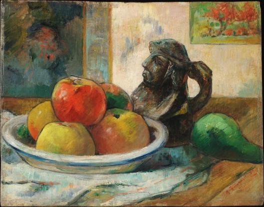 りんごと梨と彫刻の水差し