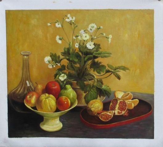 花と皿に入った果物と水差し
