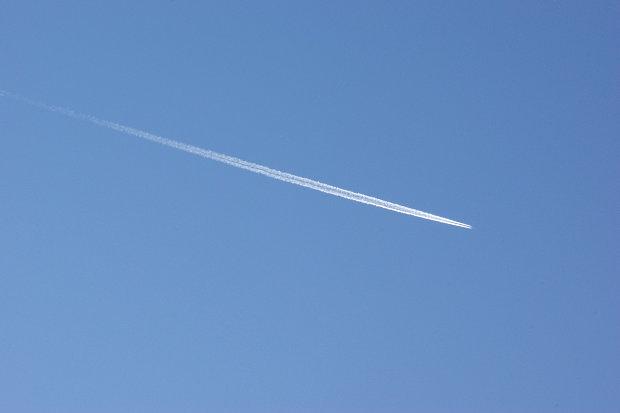 冬空の飛行機雲
