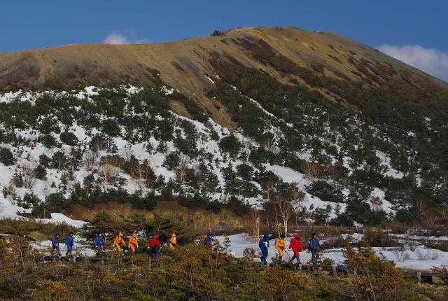 吾妻小富士と登山者たち