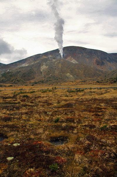 浄土平湿原と一切経の噴気