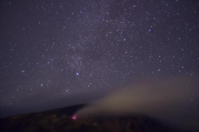 噴気と星空