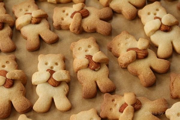 クマがナッツを抱っこっしたビスケット
