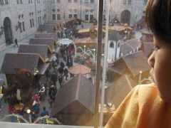 宮殿に飽きて市を眺める小娘。