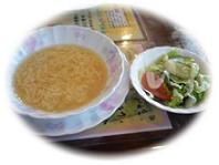 卵スープとサラダ。