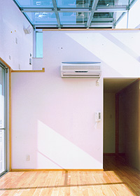 HOUSE N ロフトと天窓のある洋室