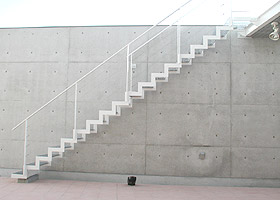 YHOUSE2階テラスに設置された屋外階段