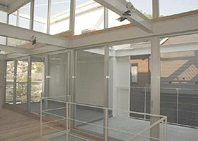 丹那の家3階LDKの照明と隣接するテラス