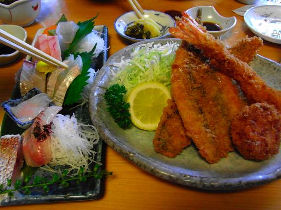 食事処が併設されたお魚屋さん「魚佐」。