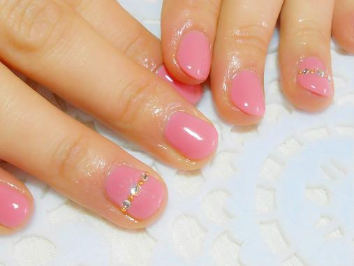 女の子らしいピンクにリング風のスワロフスキーがキラリ~ン☆ 今回とてもお爪が短い事を気にしていらっしゃいました