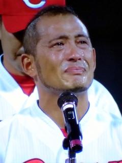 最後の挨拶で号泣するヒーロー