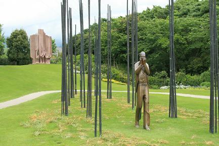 クレマチスの丘 庭園のヴァンジ彫刻です。
