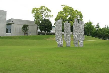 庭園のヴァンジ彫刻作品です。