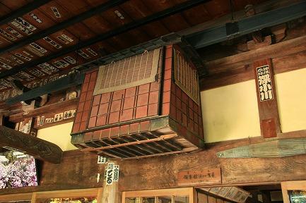 了仙寺の本堂に展示してある通い駕篭