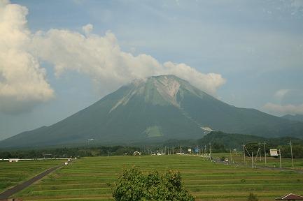 車窓から見る大山です。