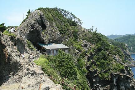 断崖にへばりつく石室神社です。