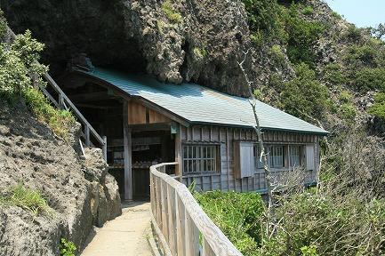 石室神社です。