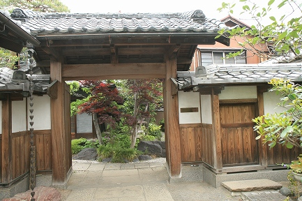 松村家の門構え