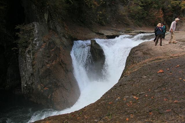 鱒飛の滝-3