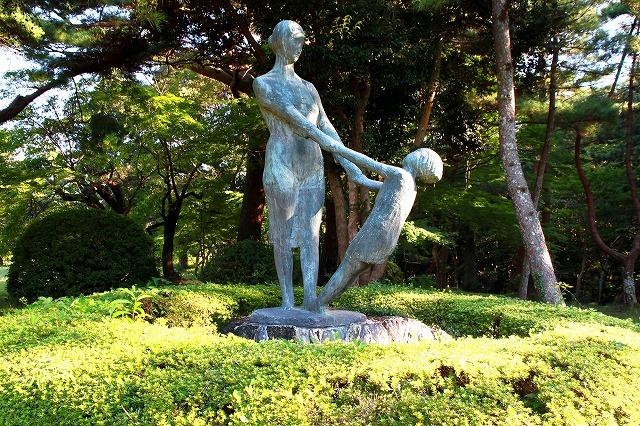 母と子の像