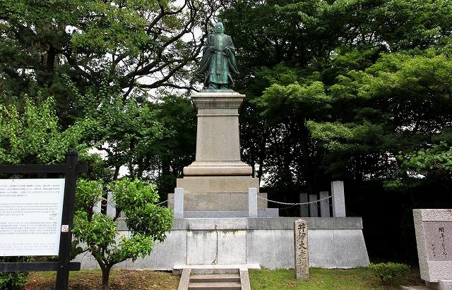 井伊大老銅像-1