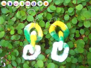 白と緑と黄色。繋がる羊毛のチェーンでほんわかピアス(イヤリング)|手作りアクセサリー工房みるいる