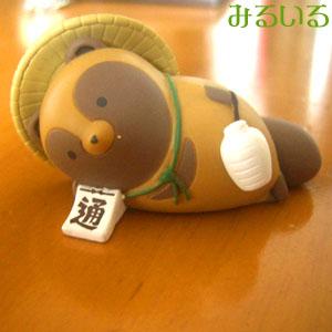 タヌキとキツネ〜ガチャガチャ〜信楽寝そべりタヌキ♪|手作りアクセサリー工房みるいる