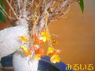 つややかな黄色いサボテンの花とカーネリアンの花と黄瑪瑙の花の花束ピアス(イヤリング) 手作りアクセサリー工房みるいる