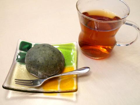 草餅とガラス皿