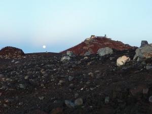 20100825  富士山頂 月の存在感