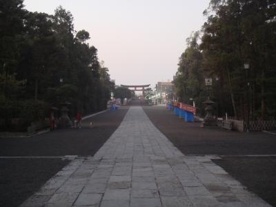 朝の静けさの中、八幡さまより逆に見る光景