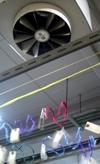 乾燥機の温風に揺れる絹糸