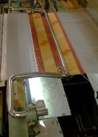 裏返しに織るので、柄は鏡に映して確認
