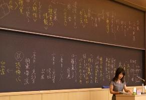 黒板の字も美しい
