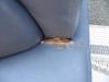 なぜか、座面の奥の方が切れています。 応急処置で、接着剤で塞いでありましたので、全部剥がしてみました。  ■病院待合室用ソファー★破れリペア前
