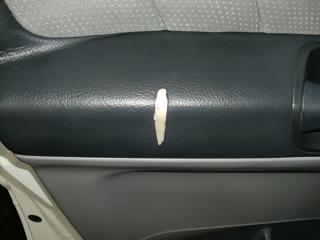 合皮製ドア内張りの破れ補修02
