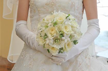 結婚式のドレスとペーパーアイテムの統一デザイン