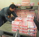 寒い冷蔵倉庫で働く男子