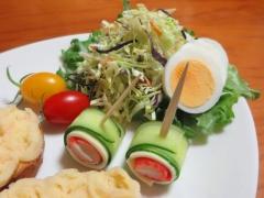 キュウリ・チーズ・カニかまのピンチョスと、サラダ