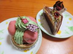 桜のサントノーレ、ピスタチオクリームのチョコケーキ
