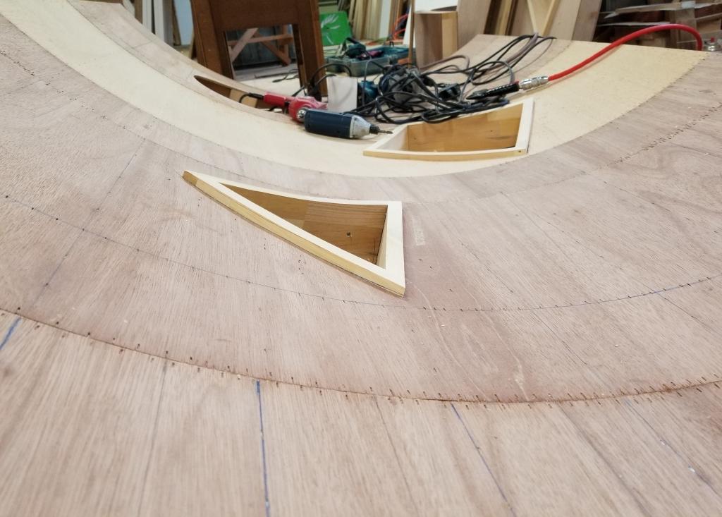 像策家具 カーブした木製壁 小窓 株式会社山下建具店