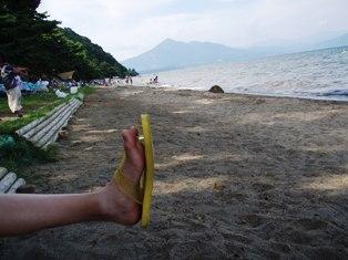 猪苗代湖と磐梯山と末娘の足です。