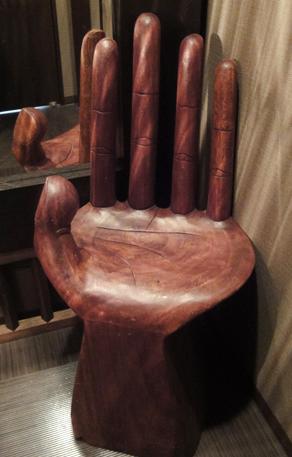手の形をした椅子